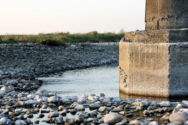 橋の下の川