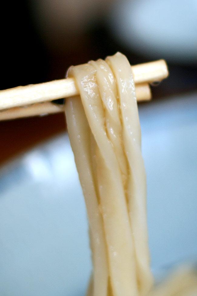 上田うどんの麺は細麺でコシもしっかり!