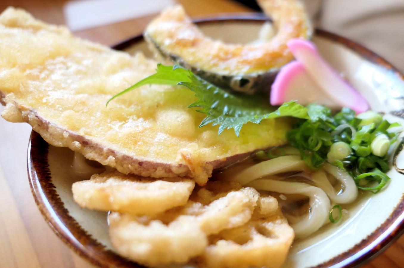 野菜天うどん(590円)