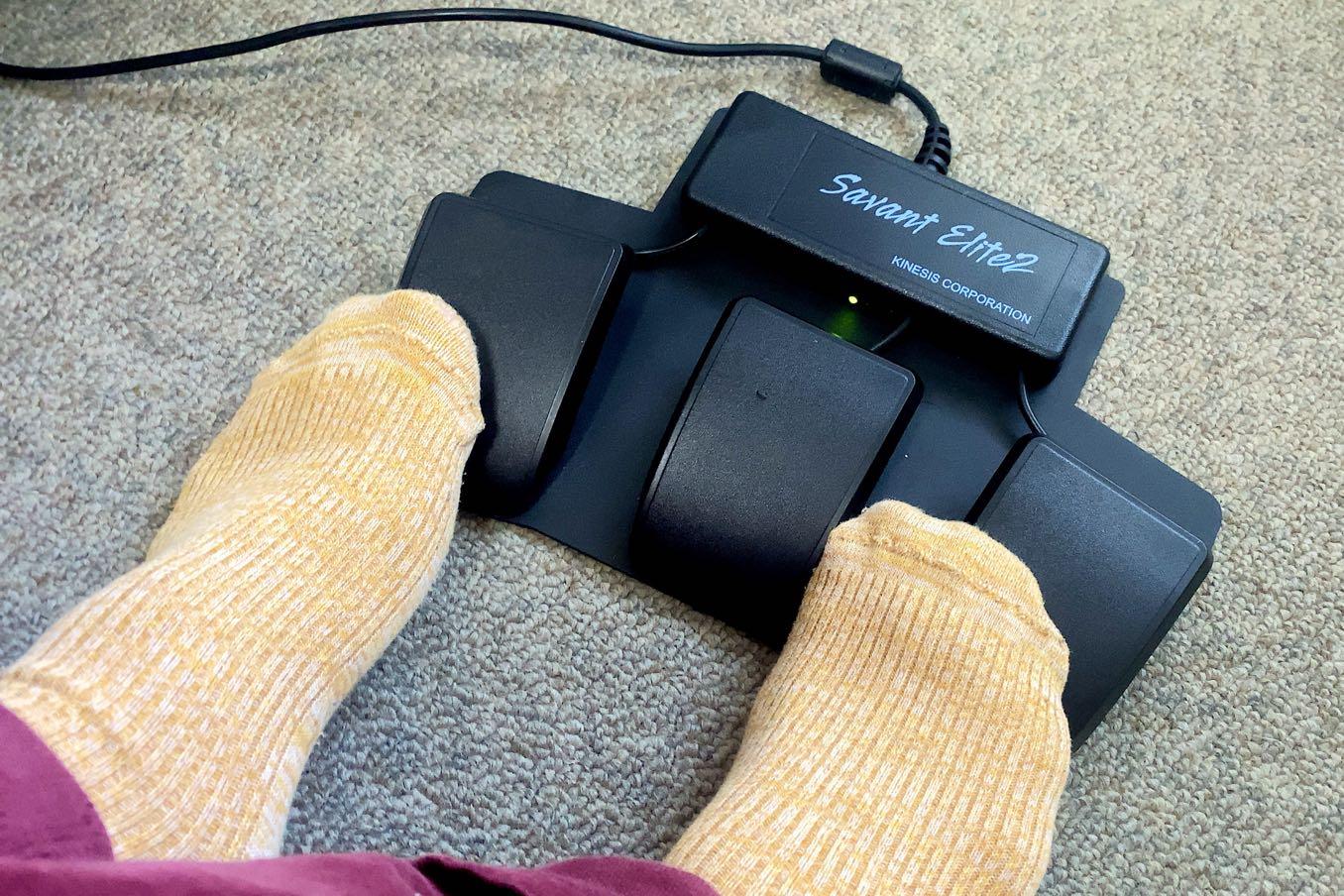 足で踏む3つの「スイッチ」で操作できる