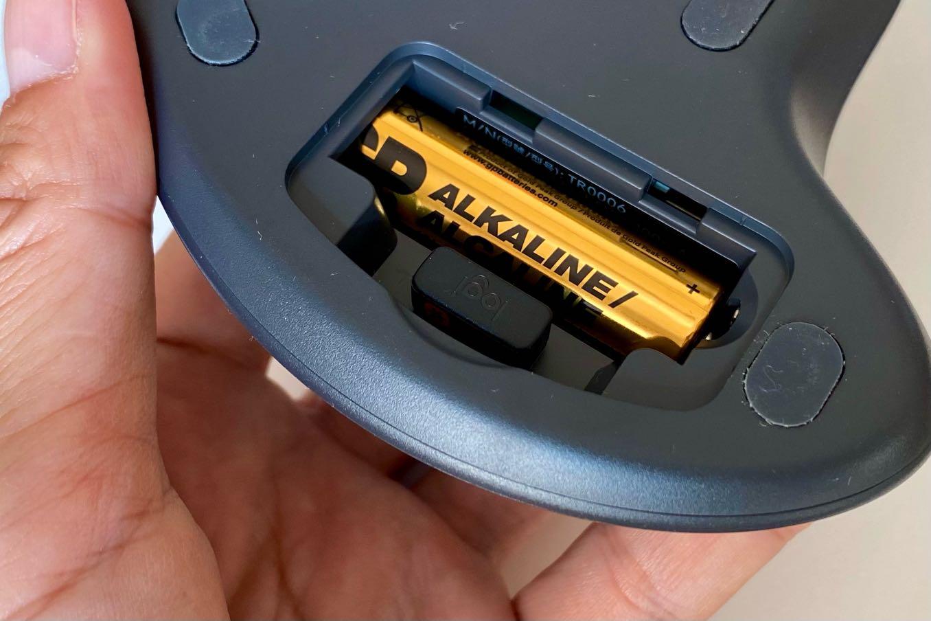 電池の横にUSBを収める場所がある
