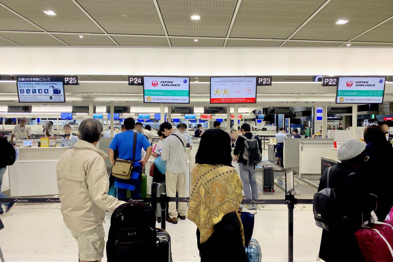 成田空港のチェックインカウンター(エコノミー)