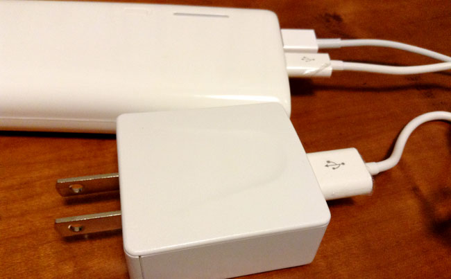 バッテリー自体の充電にはこのアダプタを使います