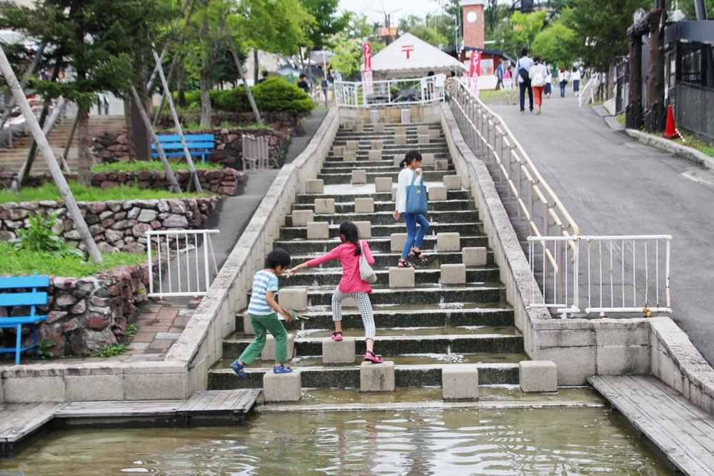 こんな水の流れる階段で遊べます