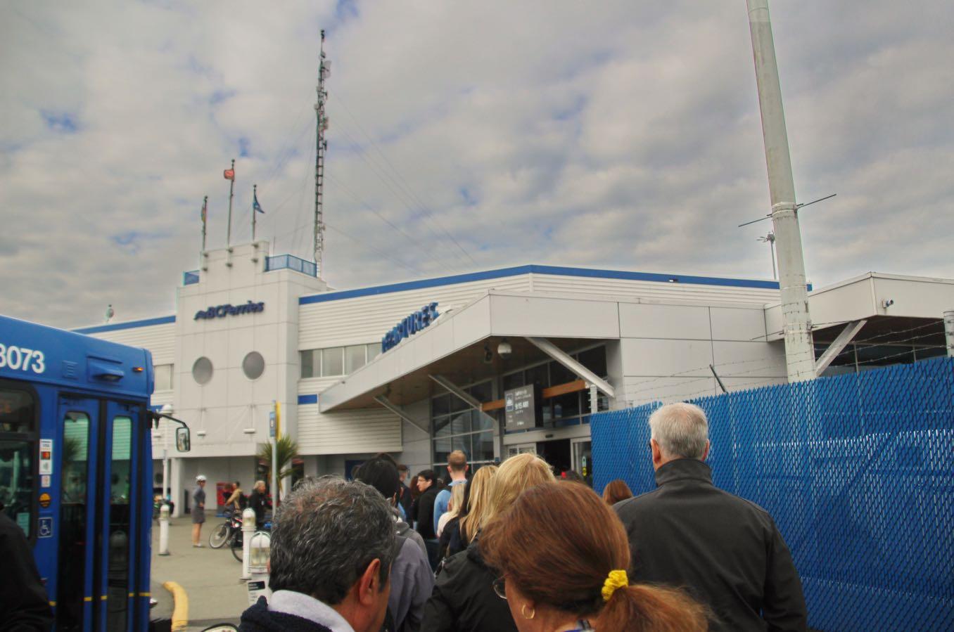 Tsawwassen Terminalの建物の前にチケットを買う人の列