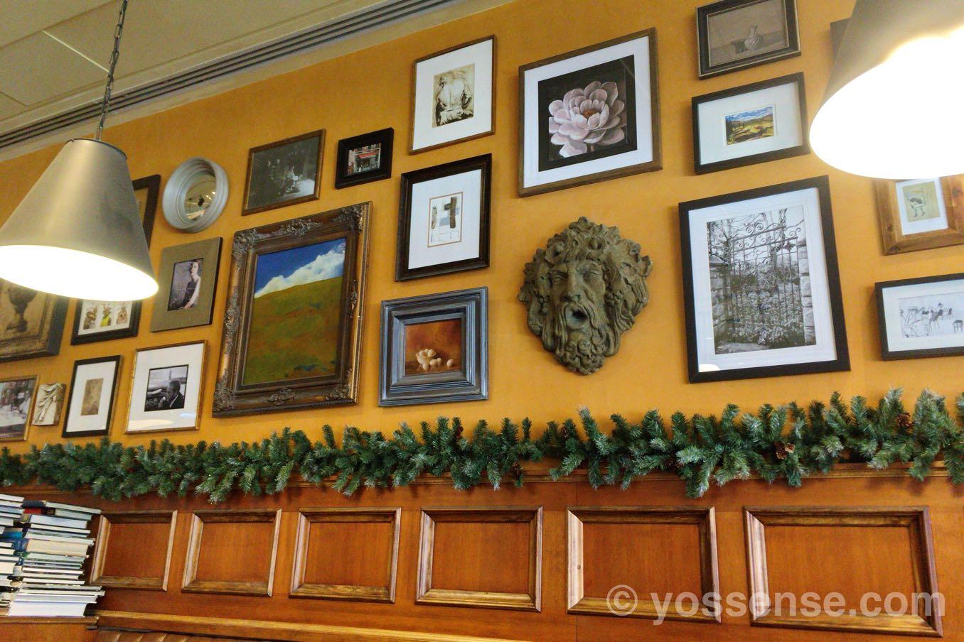 Bellaggio Cafeの壁には絵がたくさん