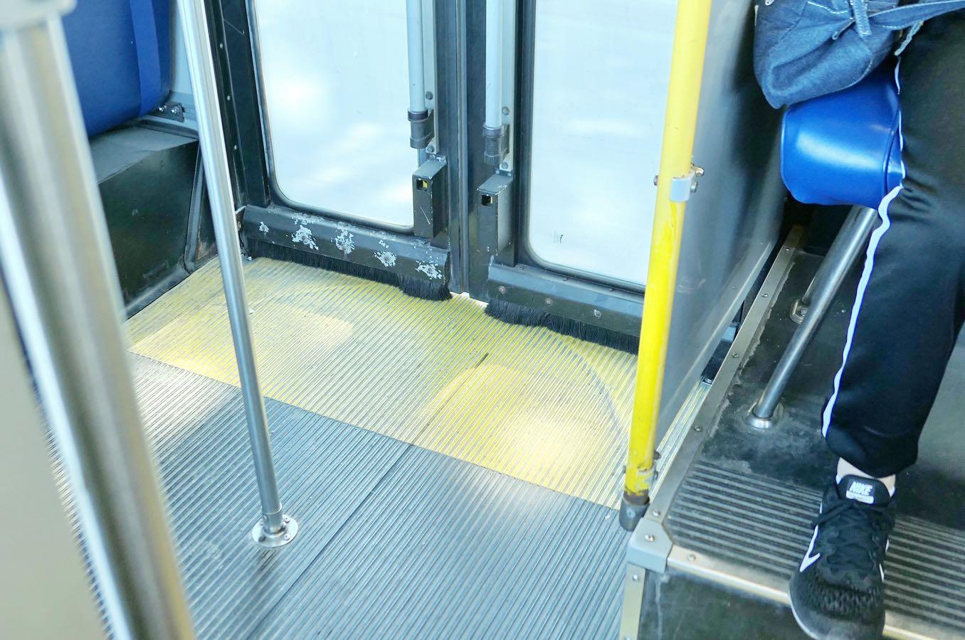 カナダのバスの後部ドア