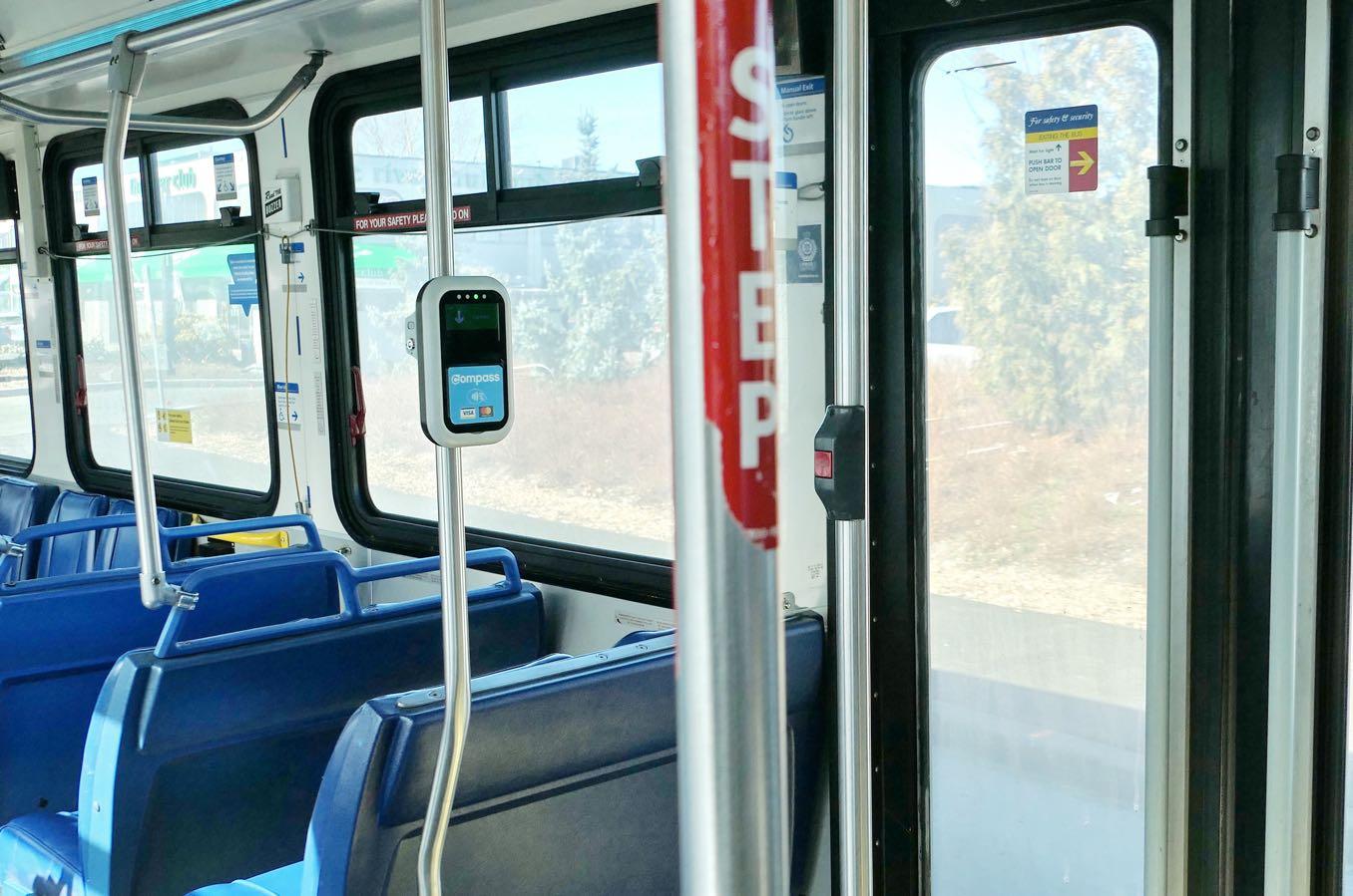 バスの後ろにあるコンパスカードマシーン