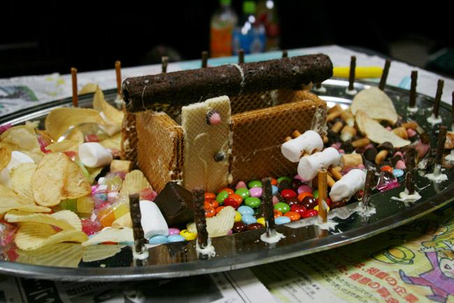 うまい棒のチョコレートで屋根の土台を作る