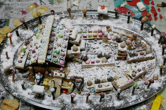 雪の積もったお菓子の家