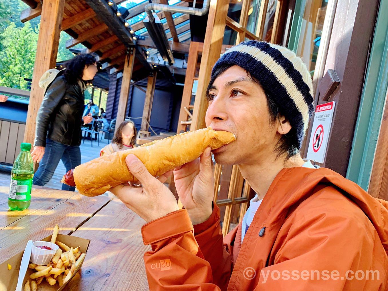 ホットドッグを食べる