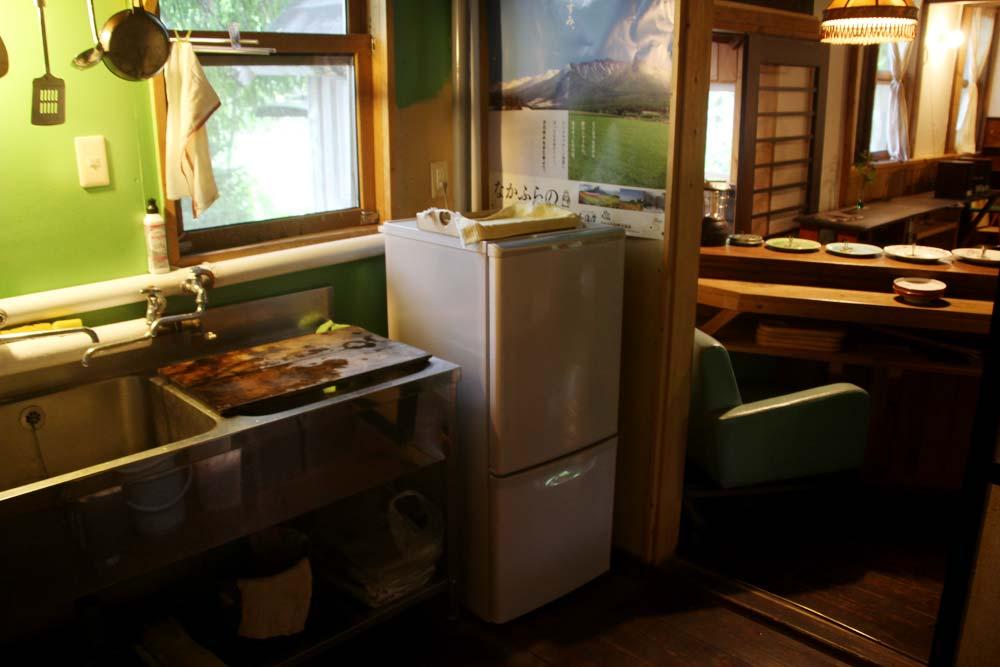 冷蔵庫の奥に見えるのが玄関