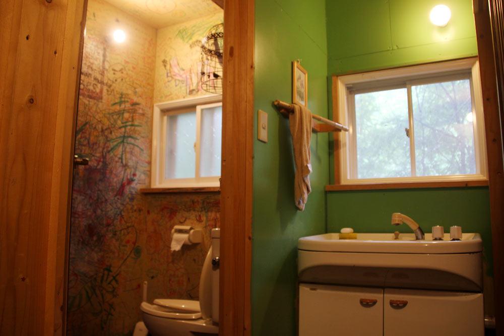 左: トイレ・右: 洗面所