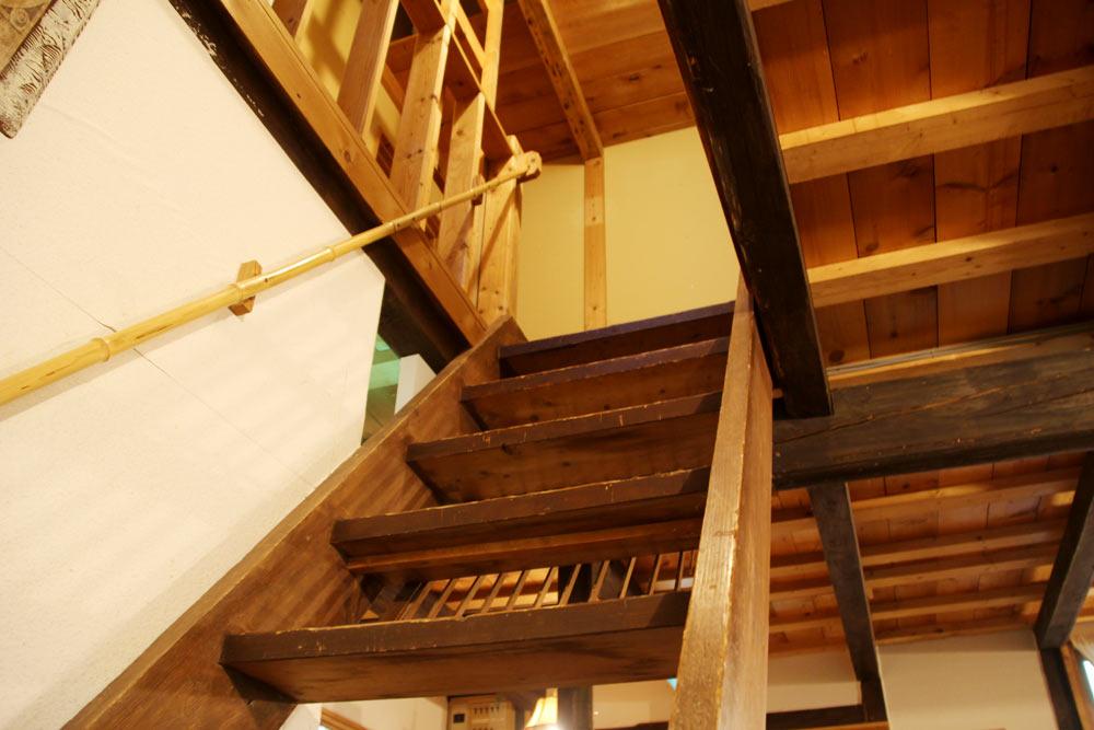 2階へと続く階段