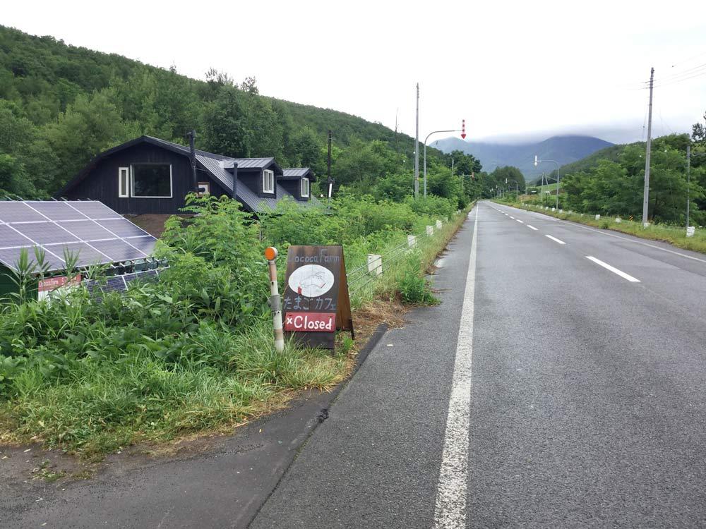 「Dococa Farm たまごカフェ」と書かれたヤギさんの看板