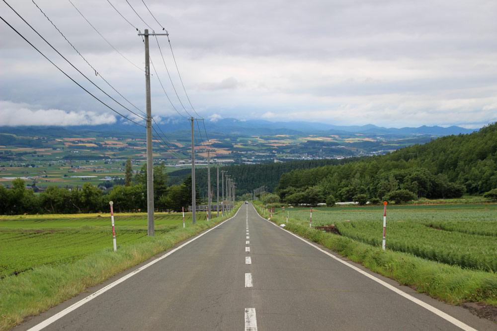 向こう側までずっとまっすぐの坂道