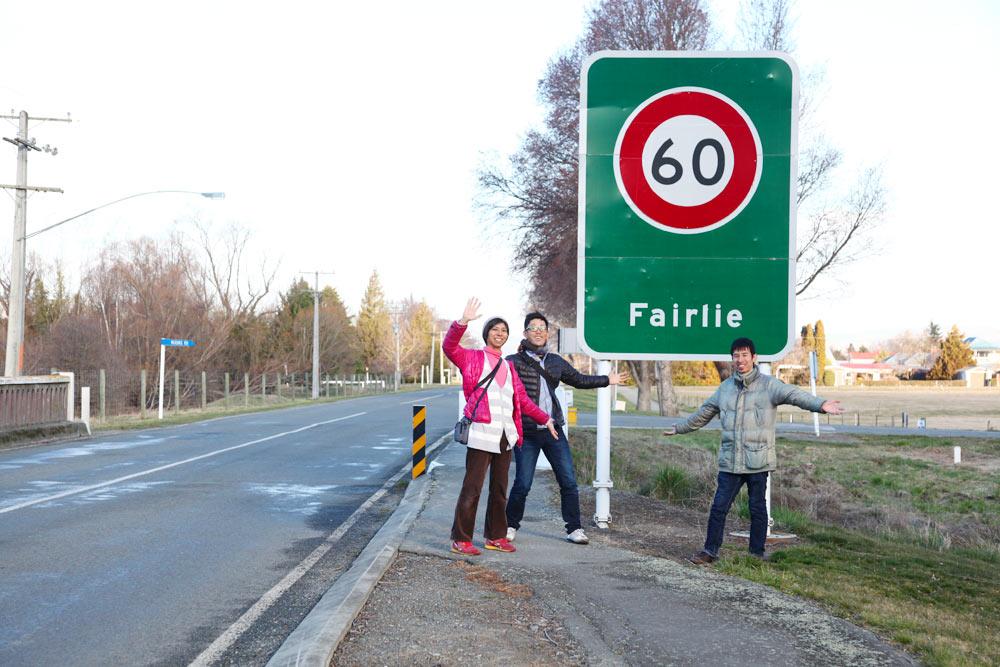 フェアリーの町の看板の前で