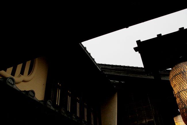 屋根のスキマから見える空