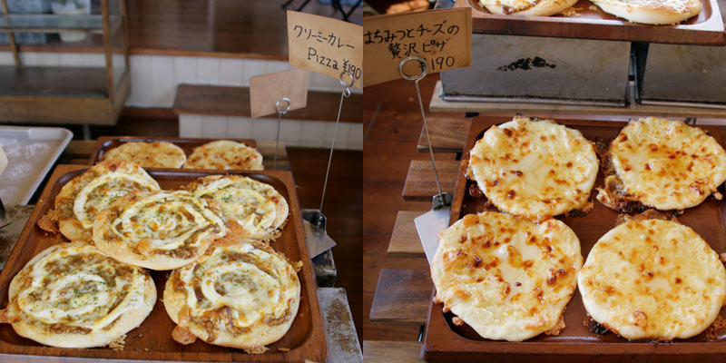 左: クリーミーカレーPizza・右: はちみつとチーズの贅沢ピザ