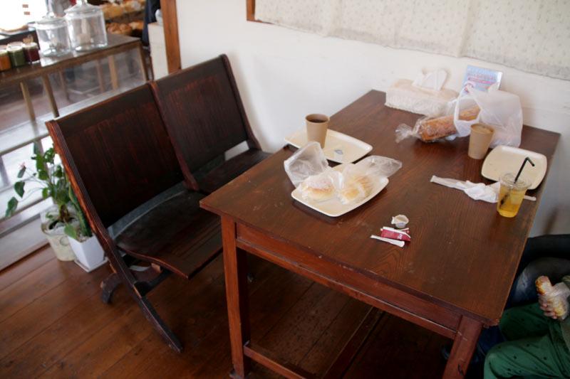 こんな机と椅子です
