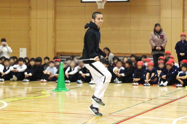 「縄跳び教室」での粕尾さんのパフォーマンス