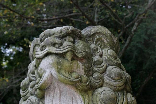 桜馬場西詰銅鳥居の下の狛犬