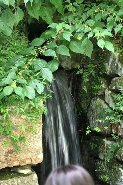 雨の日は滝になる