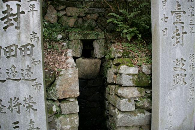 石の間に穴が?
