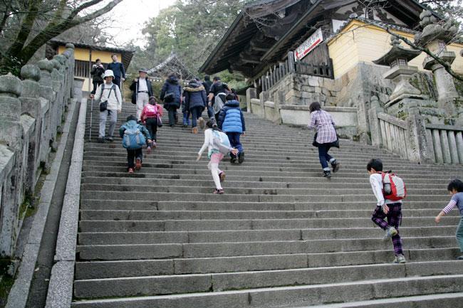 急な階段を登っていきます