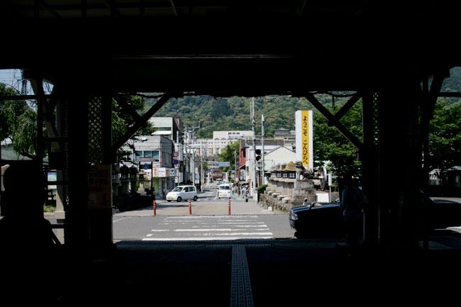 駅の中から出口を見ました