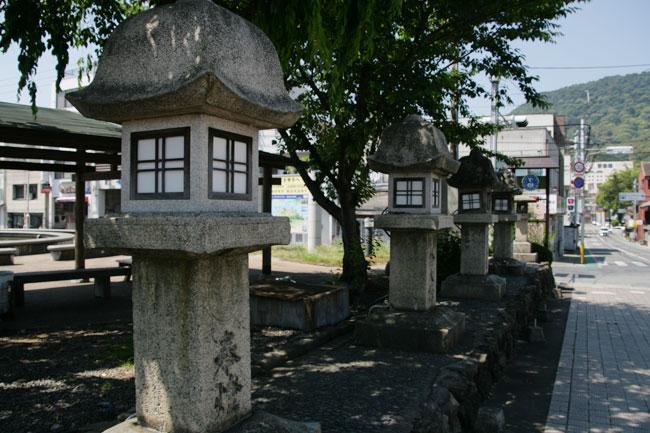 JR琴平駅前の灯籠
