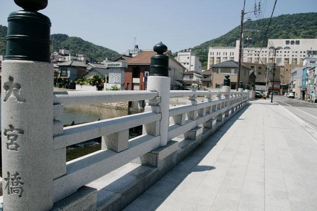 鳥居の向こうにある大宮橋