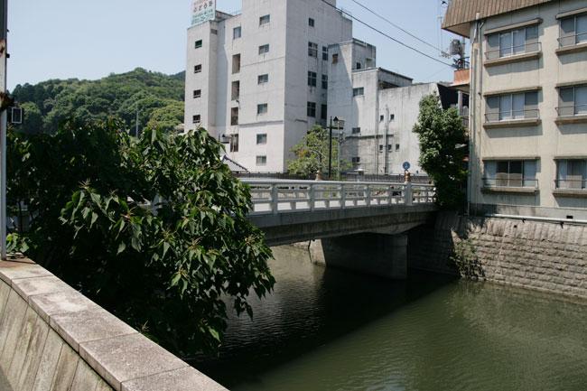 今度は白い橋が見えてきました