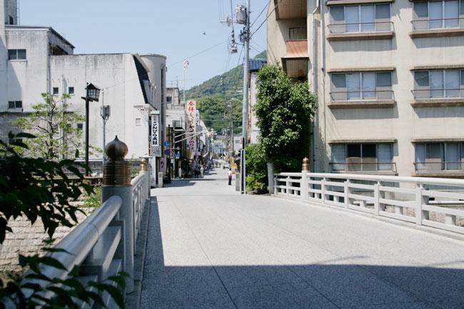 一之橋を渡る