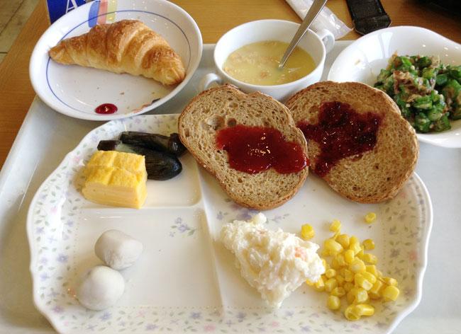 朝食もバイキングで食べまくり