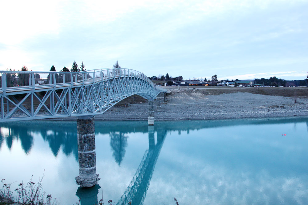 テカポ川の色と橋の白
