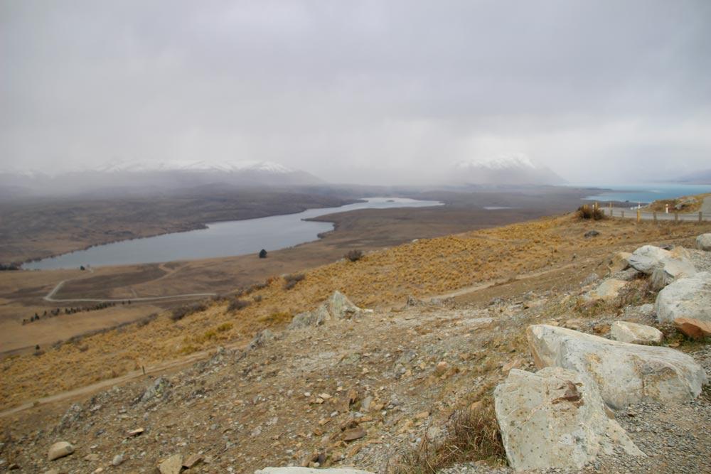 登っている途中でもテカポ湖が見える!