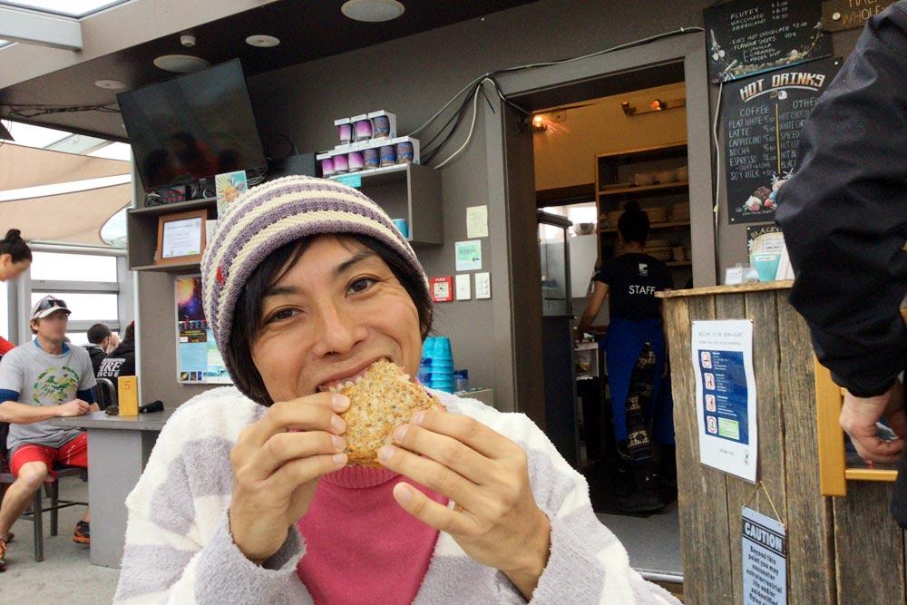 アストロカフェでサンドイッチを食べる