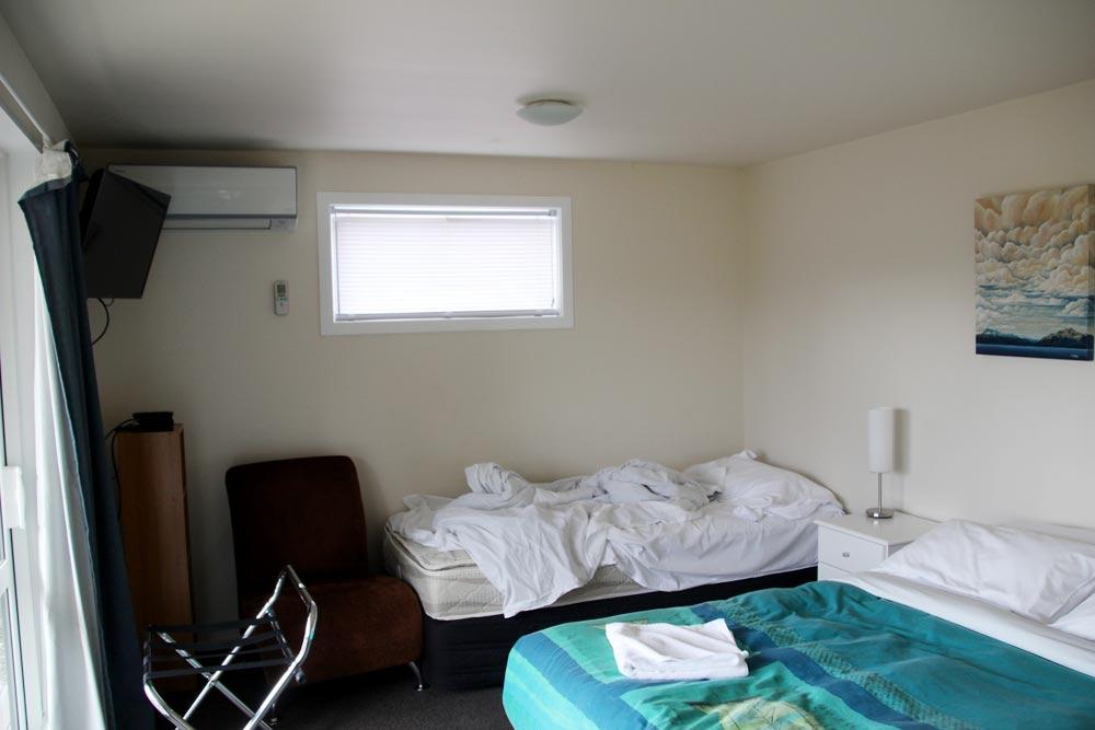 2部屋にダブルベッドとシングルベッドが1つずつ設置