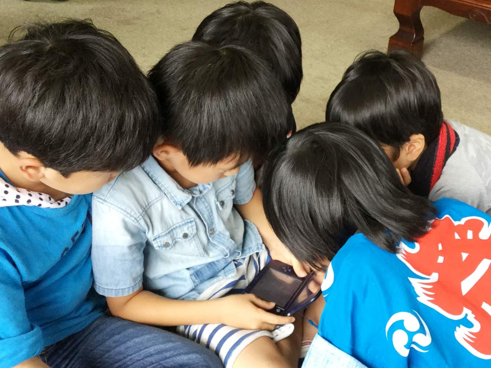 子ども同士は頭をくっつけ合うほど近づくのでシラミがうつりやすい