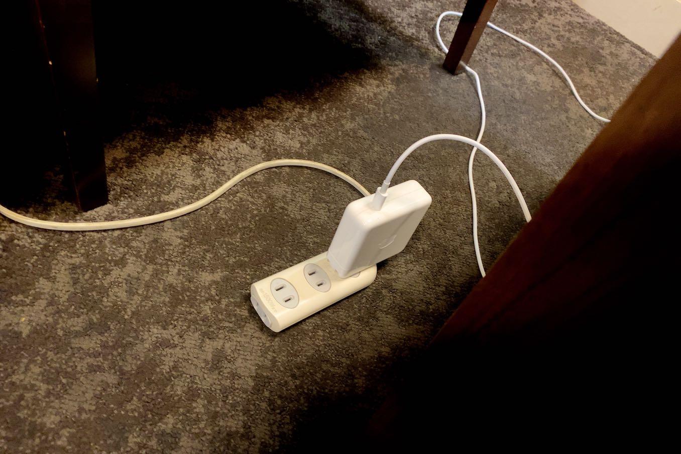 空港ラウンジで充電