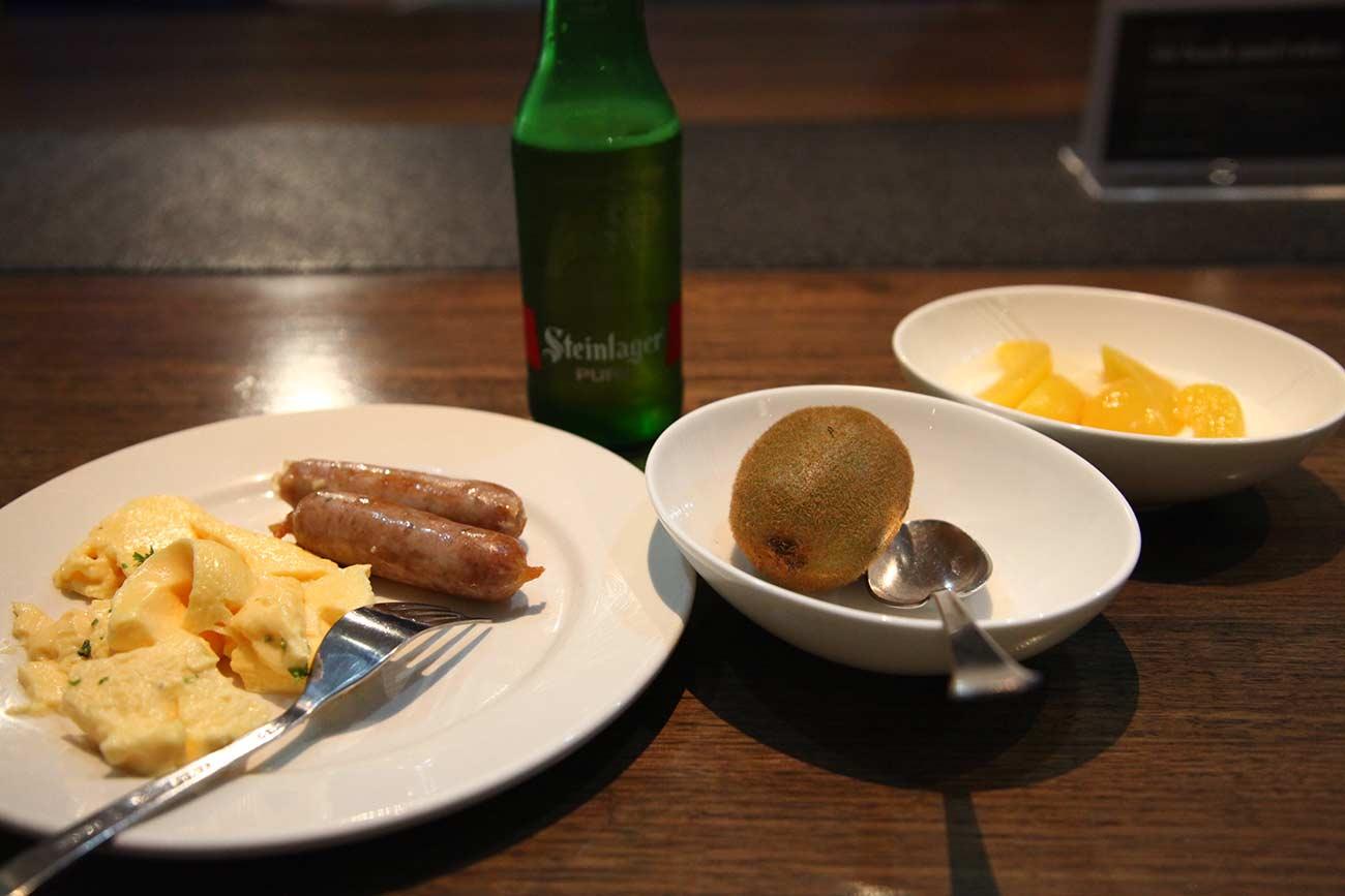 空港ラウンジで食事も
