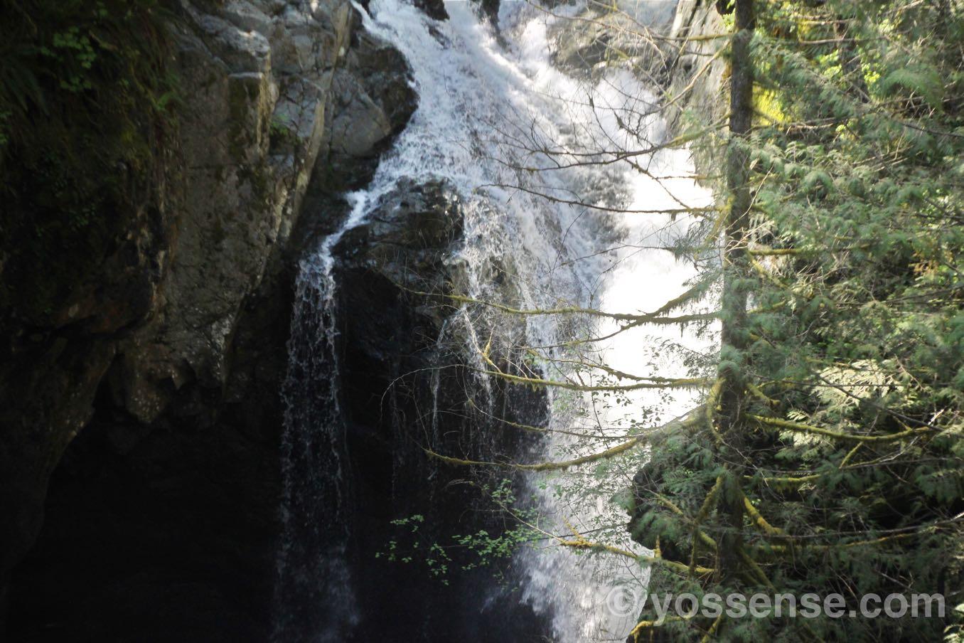 吊橋から滝を見る