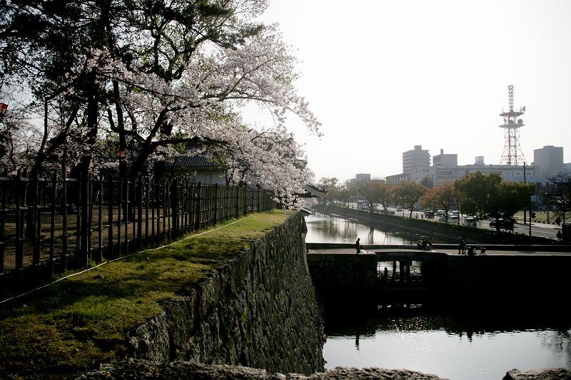 丸亀城の堀にかかる石橋