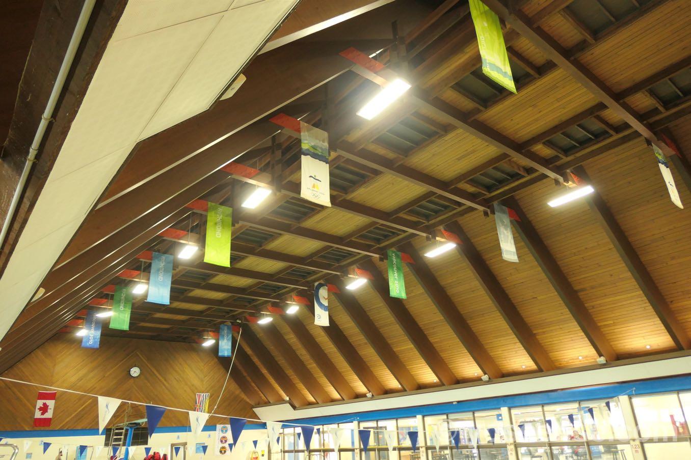 プールの天井