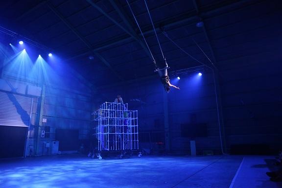 現代サーカス公演「naimono」での空中ブランコ