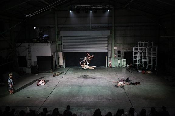 現代サーカス公演「naimono」での一場面