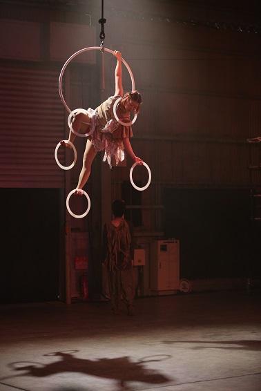 香川で開催された現代サーカス「naimono」での愛実さんの演技