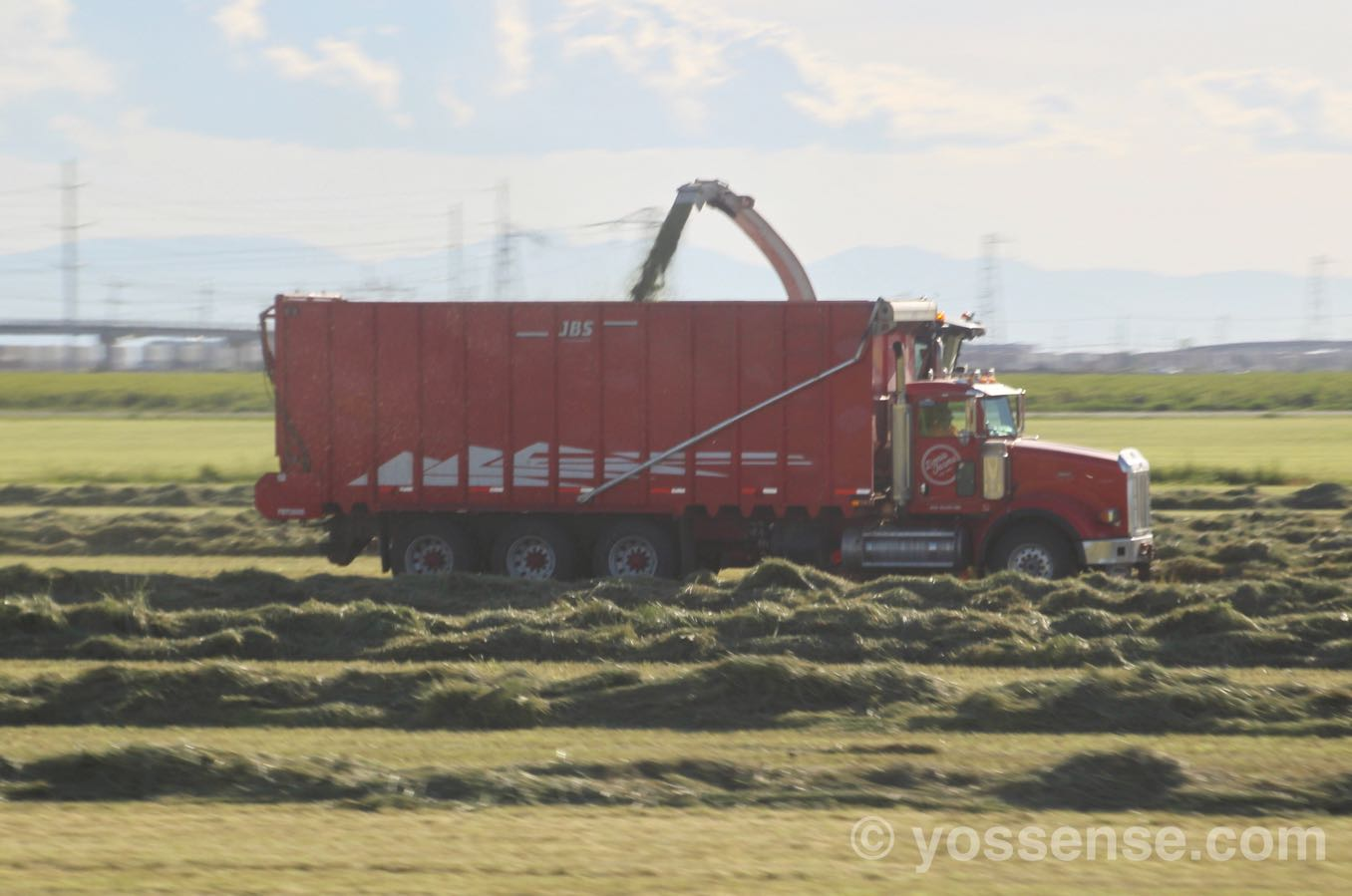 でっかいトラックが農作業をしていました