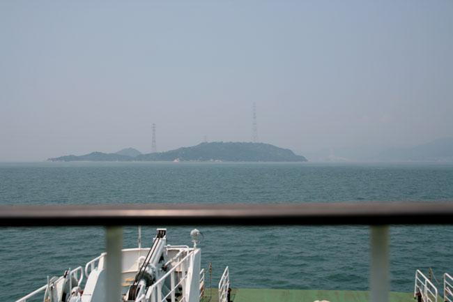 2つの高い鉄塔が印象的な大久野島